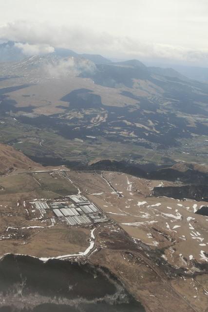 絶景JAL便での阿蘇の山々、伊丹空港JALカウンター武田さんありがとう阿蘇は輝いてた、頑張れ橋下徹_d0181492_17485966.jpg
