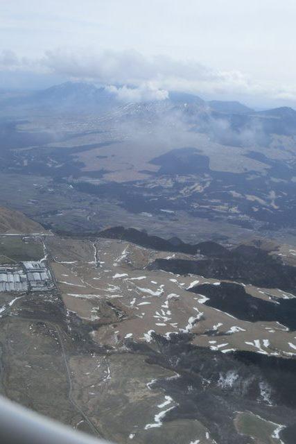 絶景JAL便での阿蘇の山々、伊丹空港JALカウンター武田さんありがとう阿蘇は輝いてた、頑張れ橋下徹_d0181492_17491554.jpg