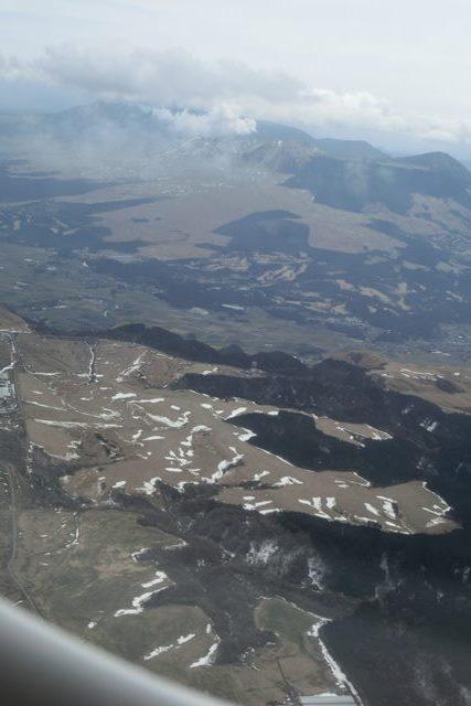 絶景JAL便での阿蘇の山々、伊丹空港JALカウンター武田さんありがとう阿蘇は輝いてた、頑張れ橋下徹_d0181492_17493057.jpg