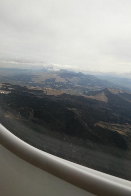 絶景JAL便での阿蘇の山々、伊丹空港JALカウンター武田さんありがとう阿蘇は輝いてた、頑張れ橋下徹_d0181492_17495225.jpg