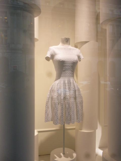 parisの百貨店ウインドゥ事情・・・間に合いましたね!_b0210699_00293739.jpg