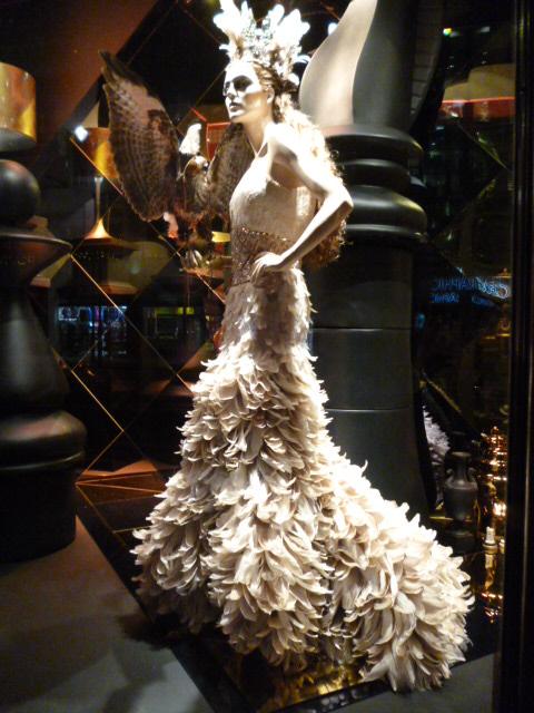parisの百貨店ウインドゥ事情・・・間に合いましたね!_b0210699_01073090.jpg