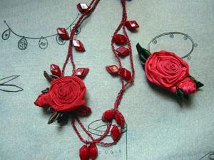 ばらの蕾みのブローチと糸でつないだネックレス_a0155362_20232918.jpg