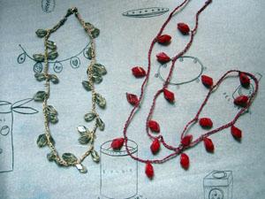 ばらの蕾みのブローチと糸でつないだネックレス_a0155362_20243548.jpg