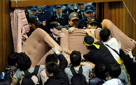 いま台湾が「国家存亡の危機」:クリミア紛争の影で支那中国が乗っ取り計る!_e0171614_2014155.jpg