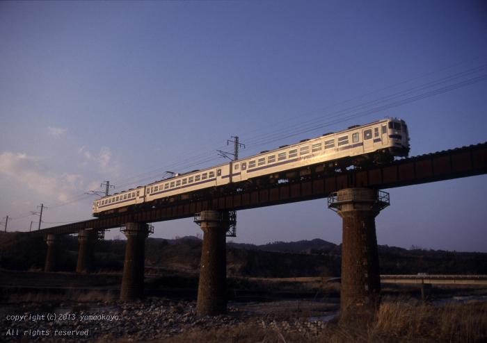 田野の鉄橋を仰ぎ_d0309612_2065818.jpg