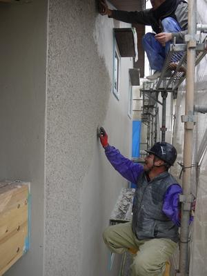 そとん壁仕上げ工事が始まりました。_b0131012_19365976.jpg