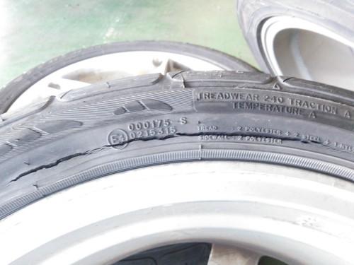 タイヤの亀裂と段べり摩耗_b0237229_2052596.jpg