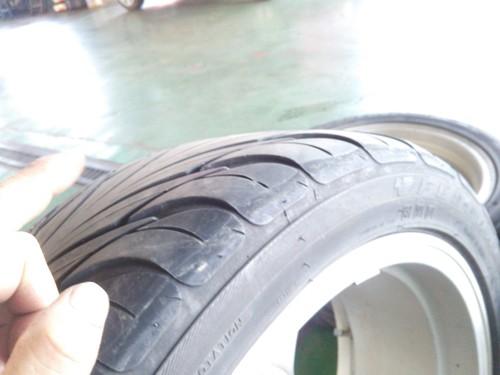タイヤの亀裂と段べり摩耗_b0237229_2054624.jpg