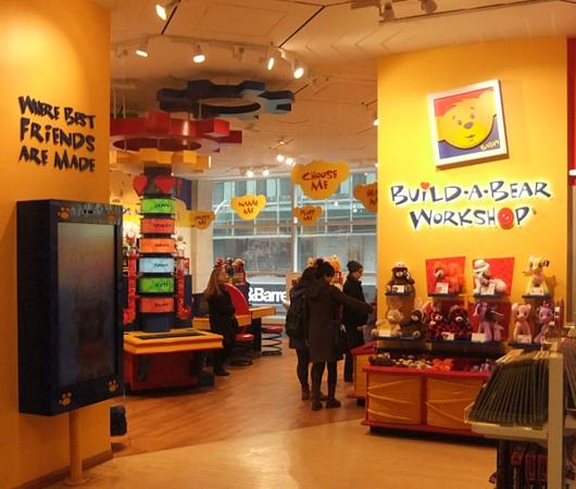 ニューヨークの老舗のおもちゃ屋さん、FAOシュワルツの店内風景_b0007805_1958454.jpg