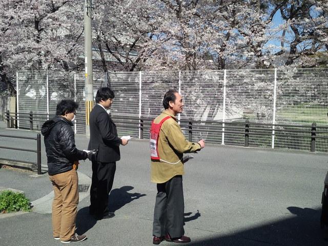 JR西日本の新入社員に組合加入を呼びかける本部情報号外を配った_d0155415_23312648.jpg