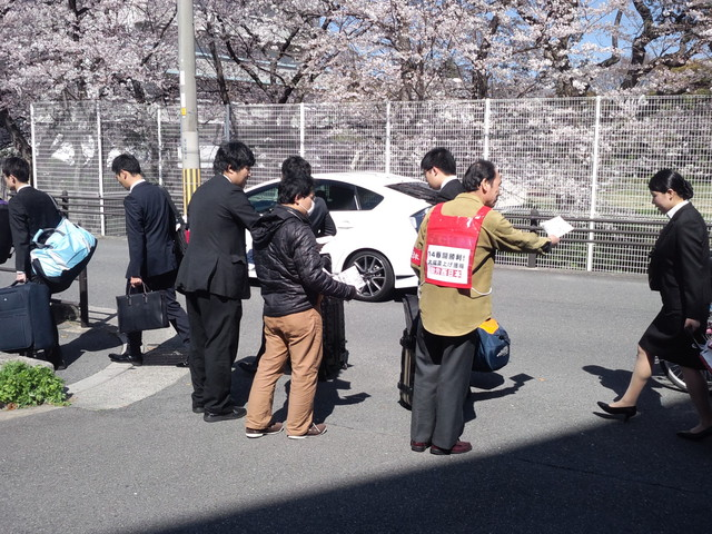 JR西日本の新入社員に組合加入を呼びかける本部情報号外を配った_d0155415_23312867.jpg