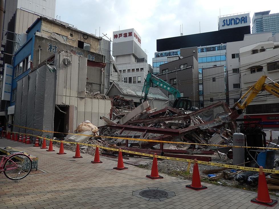 神戸の足場倒壊事故に思い出す、阪神・淡路大震災の柏井ビル倒壊。_e0158128_14171962.jpg