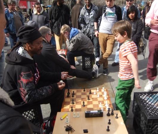 ニューヨークの街角で見かけたチェスのチビッ子名人_b0007805_0554083.jpg