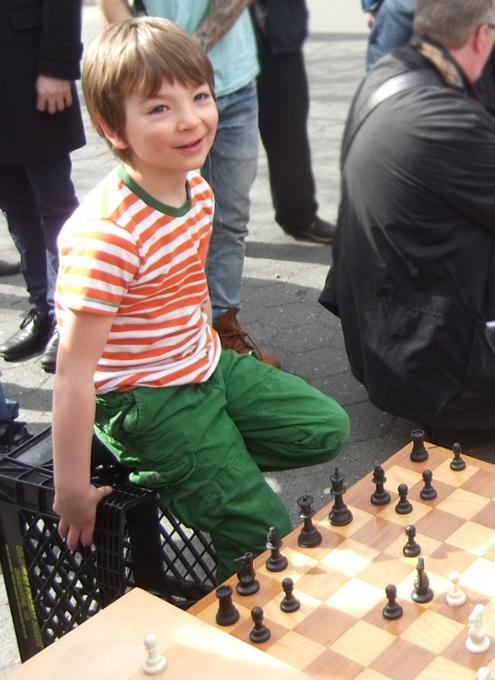 ニューヨークの街角で見かけたチェスのチビッ子名人_b0007805_0563835.jpg