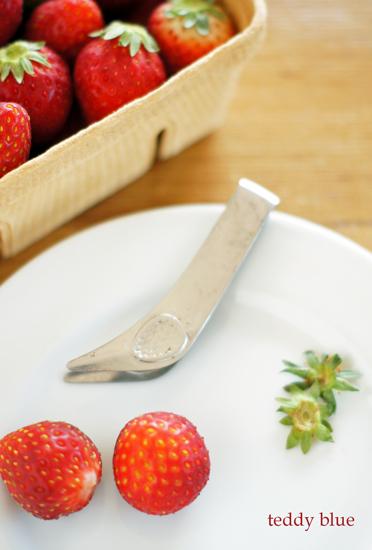 strawberry huller  いちごのヘタ取り器_e0253364_22425637.jpg