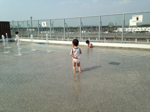 イオンの屋上で水遊び_a0267942_1735131.jpg