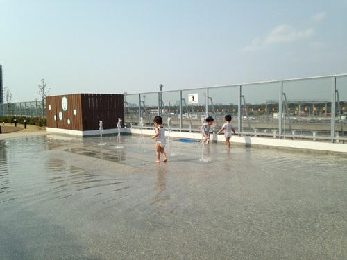 イオンの屋上で水遊び_a0267942_17352574.jpg