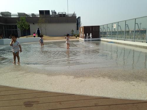 イオンの屋上で水遊び_a0267942_1736540.jpg