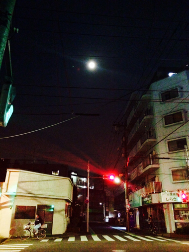 月と赤信号_e0071652_1342919.jpg