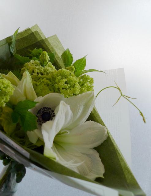 カフェの10周年に花束。「白系で」。_b0171193_19552922.jpg