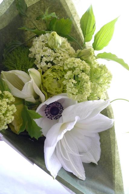 カフェの10周年に花束。「白系で」。_b0171193_19554088.jpg