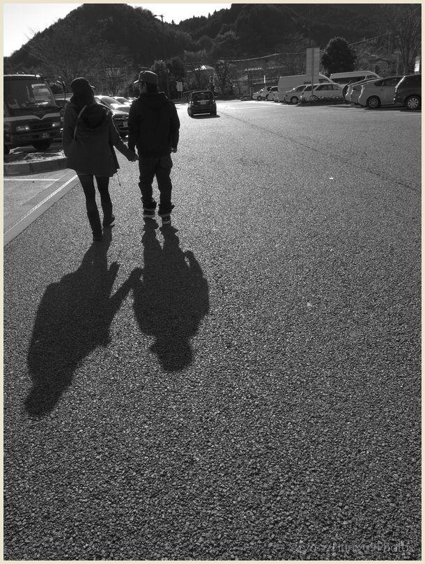 沈む夕陽に向かって歩く幸せそうな二人連れ GRDIII_e0063851_11451273.jpg