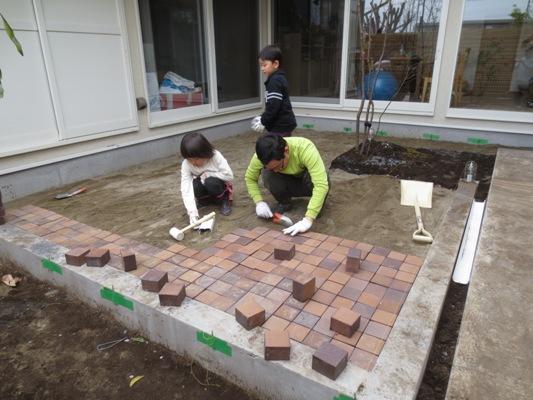朝霞の家 中庭レンガ敷き_c0310571_10265977.jpg