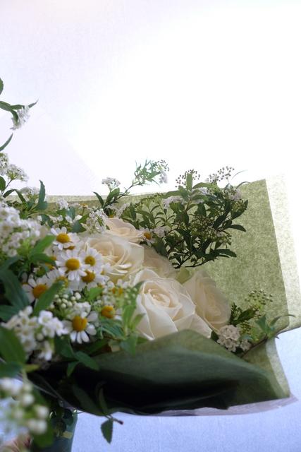 白いバラを7本使った、結婚記念日の花束。_b0171193_18225557.jpg