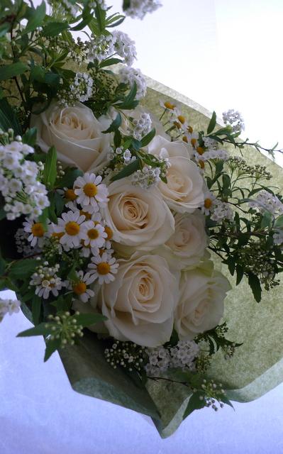 白いバラを7本使った、結婚記念日の花束。_b0171193_18225915.jpg