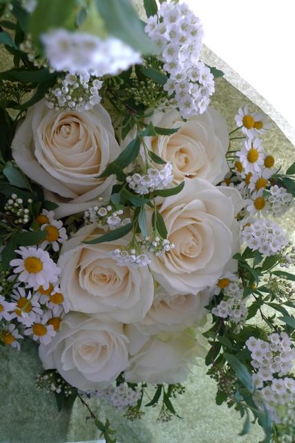 白いバラを7本使った、結婚記念日の花束。_b0171193_18230444.jpg