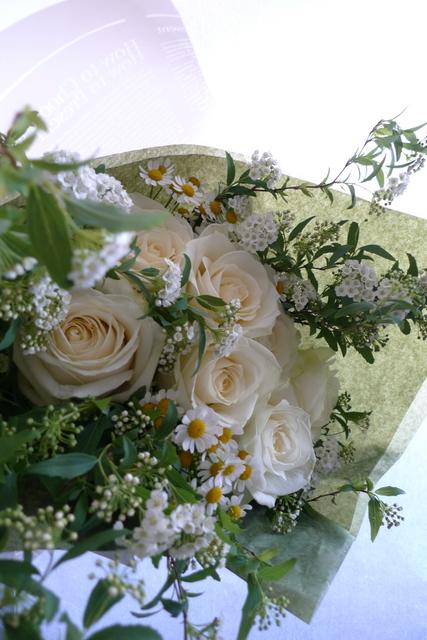 白いバラを7本使った、結婚記念日の花束。_b0171193_18230706.jpg
