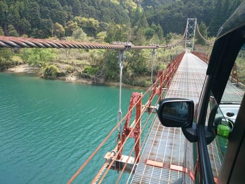 吊り橋を車で渡る_c0010936_23392934.jpg