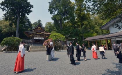 お昼近く参拝客がまばらになった頃....撮影の始まり...._b0194185_2234716.jpg