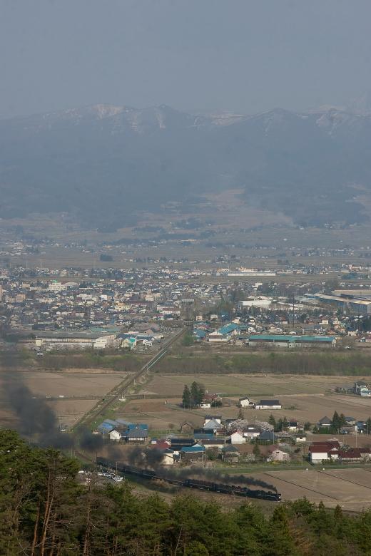磐梯山を望む春の会津盆地に黒煙なびかせて汽車が走る - 2014年桜・磐西 -  _b0190710_629024.jpg