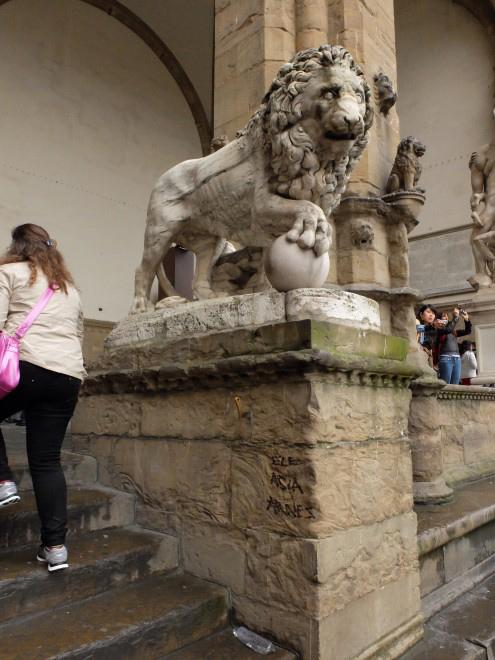 重要歴史的建造物に落書きーーまだ続いている問題@フィレンツェ_c0179785_6552298.jpg