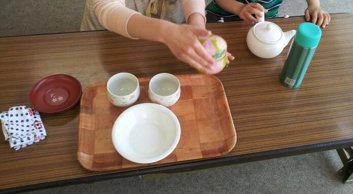 幼稚園クラス【日常生活の練習:お茶のサービス】_a0318871_0543579.jpg