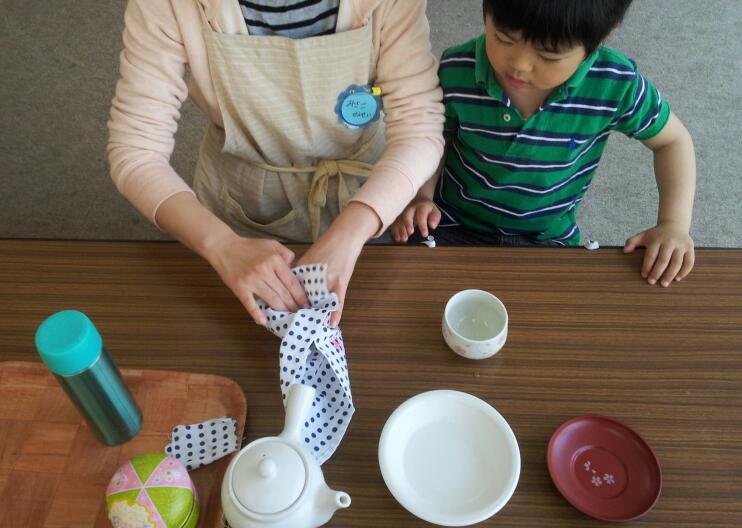 幼稚園クラス【日常生活の練習:お茶のサービス】_a0318871_103610.jpg
