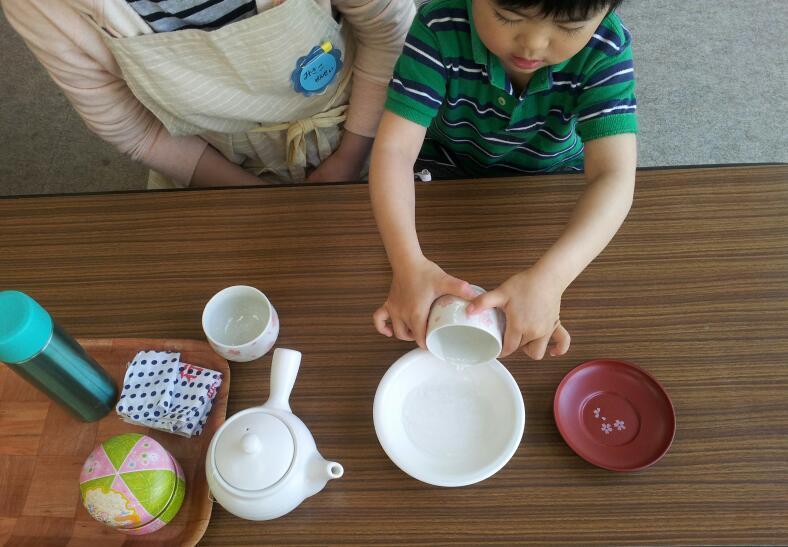 幼稚園クラス【日常生活の練習:お茶のサービス】_a0318871_113262.jpg