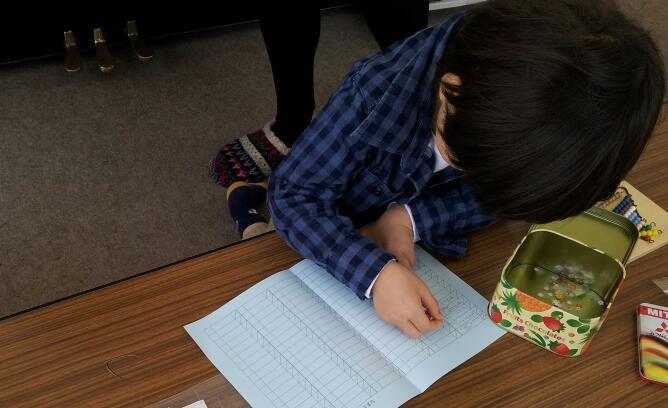 幼稚園クラス【日常生活の練習:お茶のサービス】_a0318871_115363.jpg
