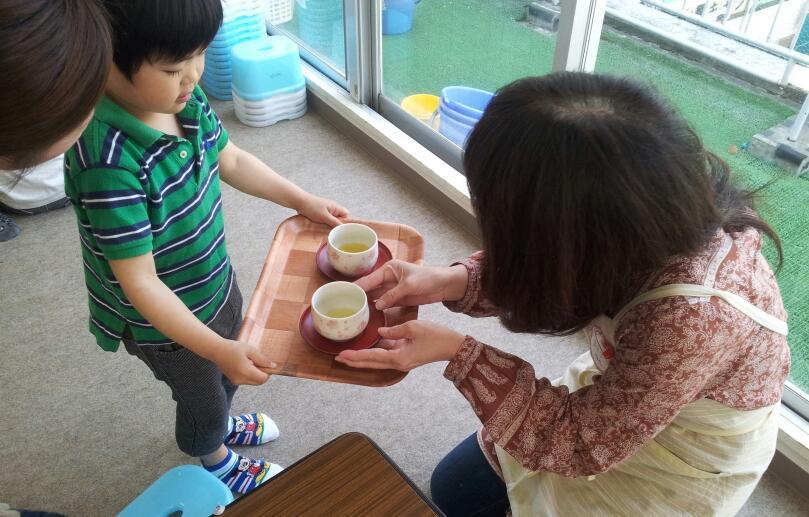 幼稚園クラス【日常生活の練習:お茶のサービス】_a0318871_142849.jpg