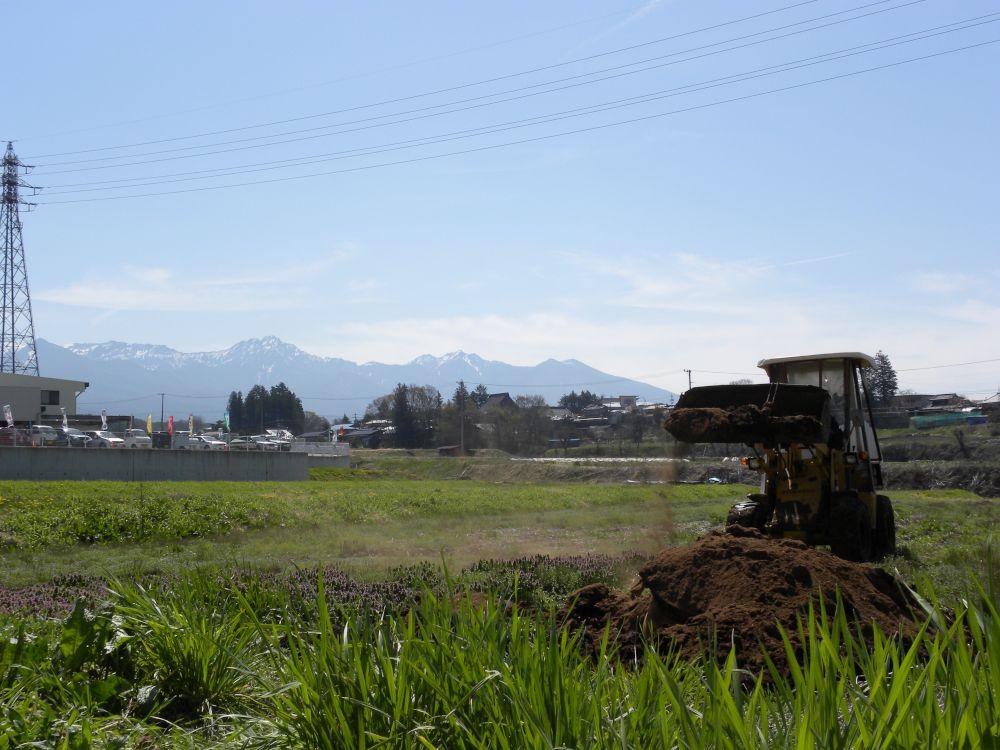 重機を動かして、肥料の投入です。_b0329588_08481480.jpg