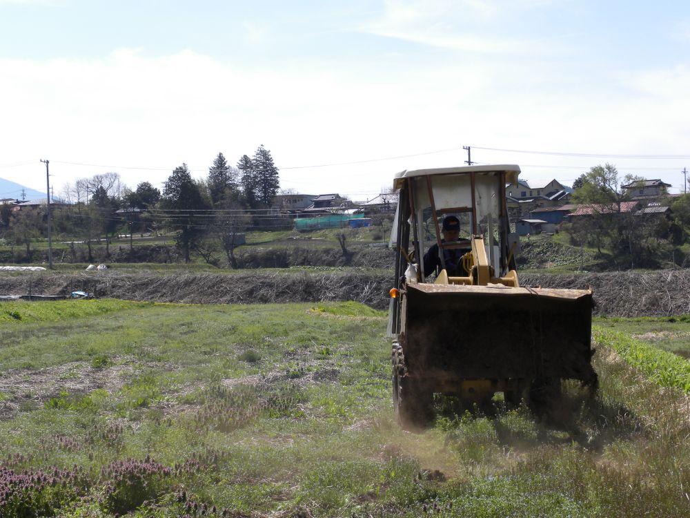 重機を動かして、肥料の投入です。_b0329588_08482637.jpg