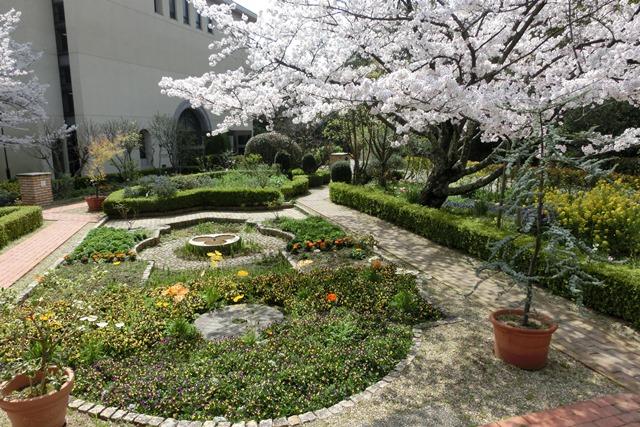 美しい校舎と庭園神戸女学院大学の魅力、大学遺産を観光資源活用、今村岳司市長に期待文化都市大学の利用_d0181492_0353735.jpg