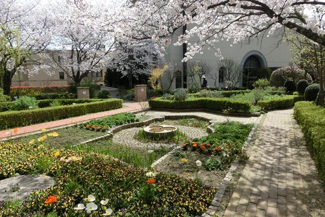 美しい校舎と庭園神戸女学院大学の魅力、大学遺産を観光資源活用、今村岳司市長に期待文化都市大学の利用_d0181492_0362167.jpg
