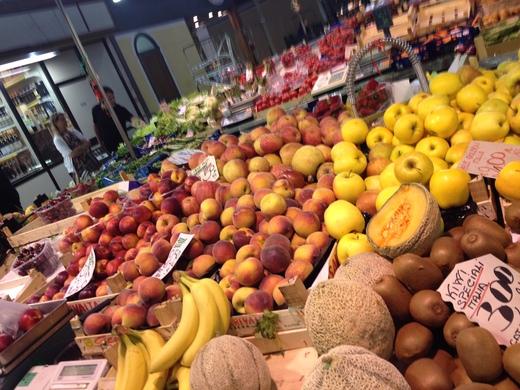 06/05/2014 中央市場、旬の果物が登場_a0136671_0302350.jpg