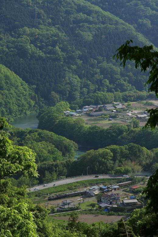 夕陽と碧の川が汽車を迎える帰り道 - 2014年新緑・秩父 -  _b0190710_2057133.jpg