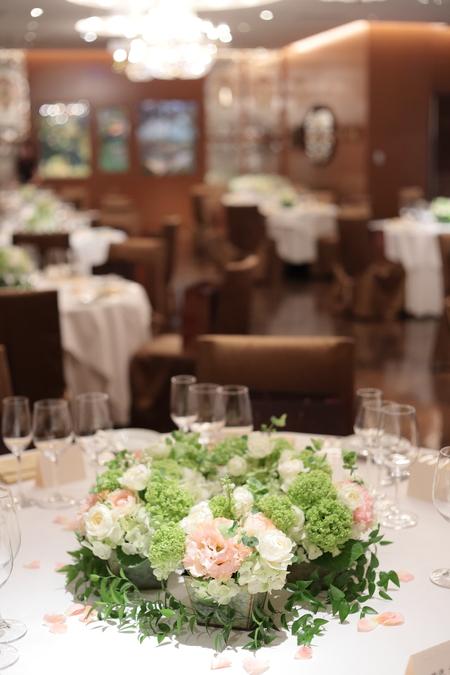 初夏の装花 メゾンポールボキューズ様へ 白にサーモンピンクを挿し色に_a0042928_19382194.jpg
