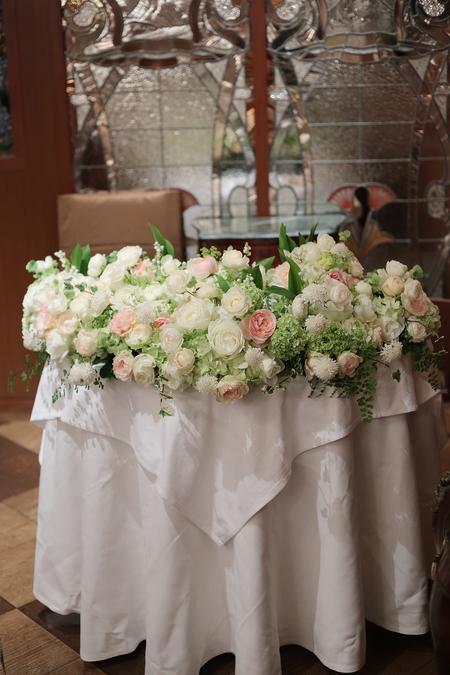 初夏の装花 メゾンポールボキューズ様へ 白にサーモンピンクを挿し色に_a0042928_1938355.jpg