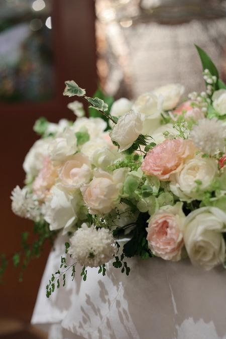 初夏の装花 メゾンポールボキューズ様へ 白にサーモンピンクを挿し色に_a0042928_19384219.jpg